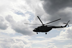 Hubschrauberfliegen gegen den Himmel Stockfoto