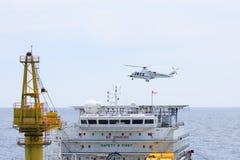 Hubschrauberlandung auf Ölbohrinsel, Umsteigeverkehr zum Offshoreöl und Gasplattform für Arbeit Stockfoto