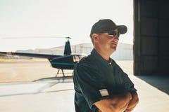 Hubschrauberpilot im Flugzeughangar lizenzfreie stockfotos