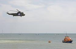 Hubschrauberrettungsdemonstration in Meer Eastbourne england Lizenzfreie Stockbilder