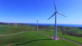 Hubschraubervogelperspektive des Windparks stock footage