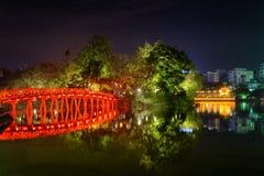 Взгляд ночи моста Huc отразил в озере шпаг, Ханое Стоковая Фотография RF
