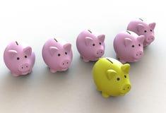 Hucha amarilla en el frente de muchos hucha rosada imagen de archivo libre de regalías