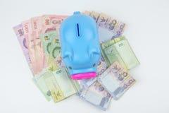 Hucha con el billete de banco TAILANDÉS del dinero del BAÑO Fotografía de archivo libre de regalías