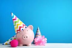 Hucha con el casquillo del cumpleaños fotos de archivo libres de regalías