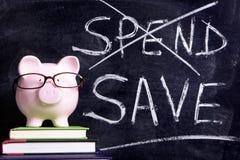 Hucha con el mensaje de los ahorros Foto de archivo libre de regalías