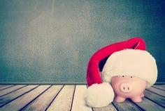 Hucha con el sombrero de Santa Claus en fondo Fotografía de archivo libre de regalías