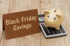 Hucha de los ahorros, de A de Black Friday, tarjeta y calculadora de oro o Fotografía de archivo
