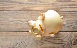 Hucha en una tabla de madera el concepto de inversión y la acumulación de dinero VI foto de archivo