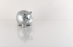 Hucha metálica de plata con la reflexión Foto de archivo libre de regalías