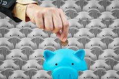 Hucha y mano del negocio, concepto de ahorro de las finanzas Foto de archivo libre de regalías