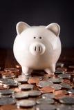 Hucha y monedas imagen de archivo libre de regalías