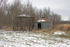 Huche de maïs et poubelle de grain dans la neige Photographie stock libre de droits