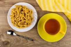 Huck-τσοκ Ð ¡ στο πιάτο, πετσέτα, φλυτζάνι του τσαγιού, κουταλάκι του γλυκού Στοκ Φωτογραφία