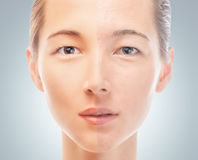 Hud av skönhetsmedeltillvägagångssättet för kvinna före och efter arkivbild