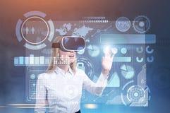 HUD et les graphiques connectent, femme en verres de VR Photos stock