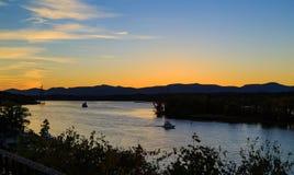 Hudson River bij schemer in Hudson met vuurtoren en boten Stock Afbeelding