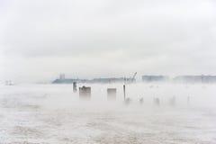 Hudson River i vinter med Misty Edgewater Cityscape i bakgrund Arkivfoton