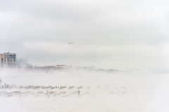 Hudson River i vinter med Misty Edgewater Cityscape i bakgrund Arkivfoto
