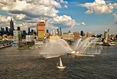 Hudson River met Uit het stadscentrum de Stadsmening van New York op achtergrond royalty-vrije stock afbeeldingen