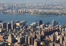 Hudson River mit Skylinen von New York in der Luftperspektive Stockbild