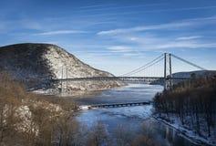 Hudson River och björnbergbron i vinter arkivfoto