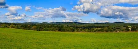 Hudson Valley-horizon met landbouwgrond en weiden op een wolk gevulde de zomerdag stock foto