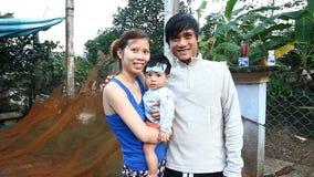 Hue, Vietnam-décembre 25,2016 : Une jeune famille vietnamienne amicale envoie des salutations à tous les voyageurs venant au leur clips vidéos