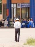HUE, VIETNAM, le 5 août 2012 ; L'homme avec une feuille traditionnelle a eu dedans Image libre de droits