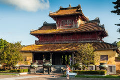 Hue, Vietnam - 11 novembre 2015 : Pagoda avec des touristes se tenant devant elle images stock