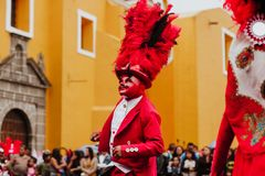 Huehues Mexico, Mexicaanse Carnaval-scène, danser een traditioneel Mexicaans volkskostuum dragen en maskerrijken die in kleur stock afbeelding