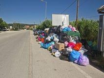 Huelga de la basura en la isla griega Corfú Contaminación y mún olor todo alrededor de los recipientes para residuos imagen de archivo