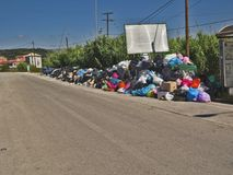Huelga de la basura en la isla griega Corfú Contaminación y mún olor todo alrededor de los recipientes para residuos foto de archivo