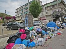Huelga de la basura en la isla griega Corfú Contaminación y mún olor todo alrededor de los recipientes para residuos fotos de archivo