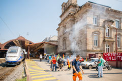 Huelga francesa del operador del carril de la SNCF - manifestante que hace la barbacoa Foto de archivo libre de regalías