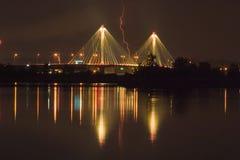 Huelgas de relámpago un puente 7179 Imagen de archivo libre de regalías