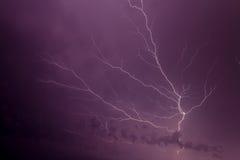 Huelgas y cruces de relámpago el cielo Fotografía de archivo