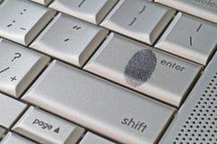 Huella dactilar dejada en concepto del corte del teclado Fotografía de archivo libre de regalías