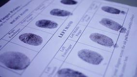 Huella dactilar en tarjeta de la huella dactilar de la policía almacen de metraje de vídeo