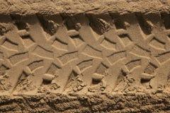 Huella de los neumáticos de coche del patio en arena de la playa Foto de archivo
