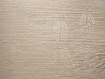 Huella del zapato en fondo superficial concreto gris de la arena del polvo imagenes de archivo