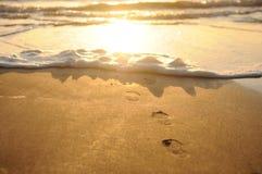 Huellas al mar Fotos de archivo libres de regalías