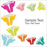 Huellas coloridas del bebé y tarjeta de felicitación de la mariposa Foto de archivo libre de regalías