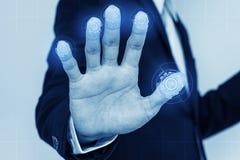 Huellas dactilares de la exploración del hombre de negocios en la pantalla concepto de la tecnología de sistema de seguridad imágenes de archivo libres de regalías