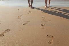 Huellas en arena mojada fotos de archivo