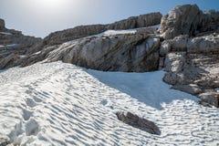 Huellas en la nieve en las montañas Fotos de archivo