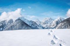 Huellas en la nieve en las montañas Imagen de archivo libre de regalías
