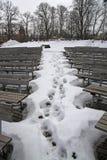 Huellas en la nieve entre los bancos del anfiteatro del castillo de Sigulda Foto de archivo