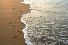 Huellas en la playa Foto de archivo libre de regalías