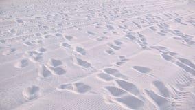 Huellas en la playa blanca de la arena Fotografía de archivo libre de regalías